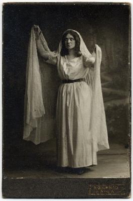 Otīlija Muceniece Gunas lomā Jaunajā Latviešu teātrī. Pirmizrāde 1905.gada 27.janvārī. (Fotogrāfs Ansis Skariņš)