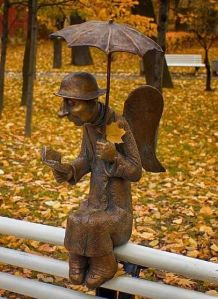 """Skulptūra """"Pēterburgas eņģelis"""" Izmailovas dārzā, skulptors R. Šustrovs (2011)"""